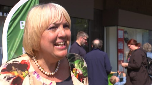 Claudia Roth im Gespräch in Bremerhaven.
