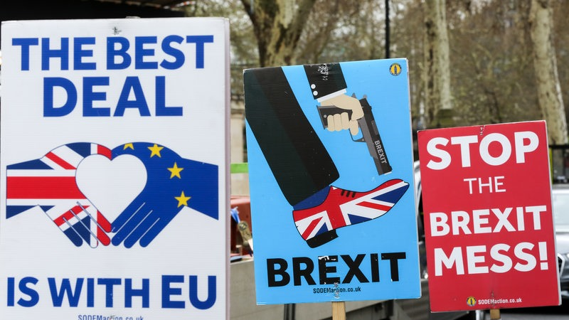 Pro-Brexit- und Anti-Brexit-Plakate in London.