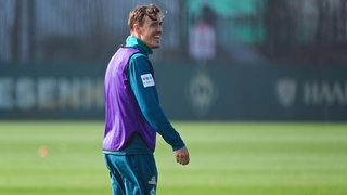 Max Kruse gut gelaunt am Rande des Werder-Trainings.